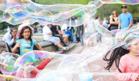 Niños jugando en las fiestas del colegio